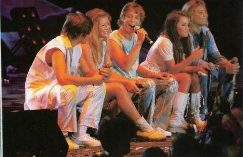 Los Teen Angels junto a Shakira y Robbie Williams