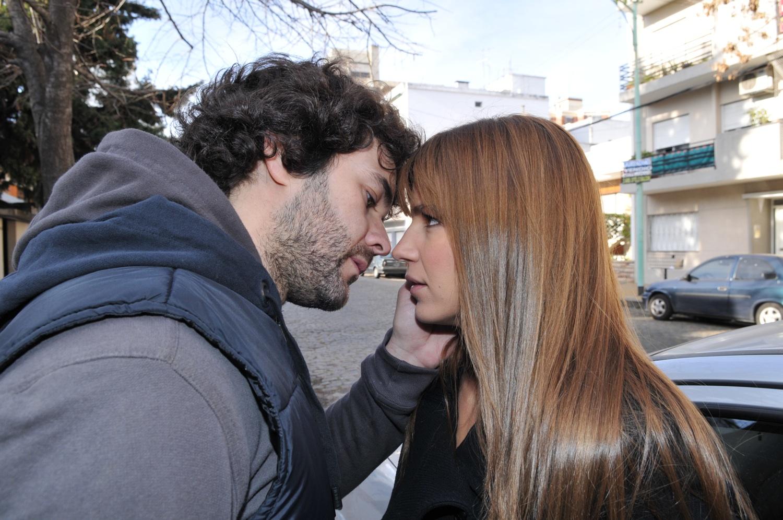 Segundo e Isabel se besan en Valientes